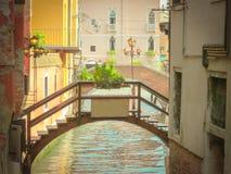 La retro immagine della scaletta del canale veneziano immagini stock