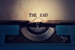 La retro macchina da scrivere e manda un sms all'estremità Immagine Stock