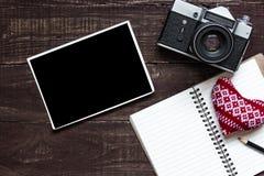 La retro macchina fotografica d'annata con la struttura e lo spazio in bianco in bianco della foto ha allineato il taccuino Fotografie Stock