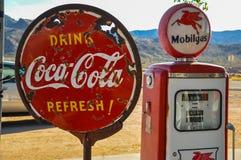 La retro pompa di gas e la coca-cola arrugginita firmano sull'itinerario 66 Fotografie Stock Libere da Diritti