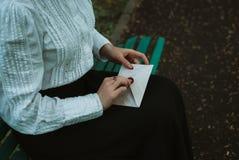 La retro ragazza apre una lettera di carta immagine stock