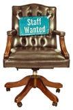 La retro sedia dell'ufficio con il personale ha voluto il segno isolato su bianco Fotografie Stock