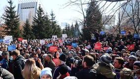 La reunión anti de la corrupción en el parque en Rusia del ` académico de Globus del ` del teatro de la juventud de Novosibirsk almacen de video