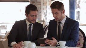 La reunión de dos hombres de negocios