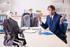 La reunión de los asuntos divertidos con el jefe y los esqueletos fotos de archivo libres de regalías