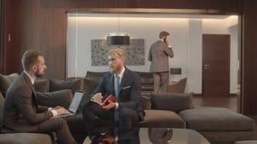La reunión de los hombres de negocios que discuten que trabaja los problemas, gente en trajes está hablando el uno al otro, los h metrajes