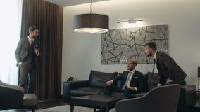 La reunión de los hombres de negocios que discuten que trabaja los problemas, gente en trajes está hablando el uno al otro, los h almacen de metraje de vídeo