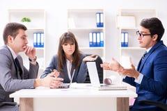 La reunión de negocios con los empleados en la oficina foto de archivo