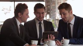 La reunión de tres hombres de negocios almacen de metraje de vídeo