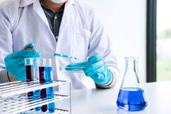 La ricerca del laboratorio della biochimica, chimico sta analizzando il campione dentro immagine stock libera da diritti