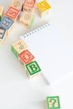 La ricerca di lavoro con la lettera di legno cuba il concetto Fotografie Stock Libere da Diritti