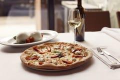 La ricetta deliziosa della pizza del salmone affumicato è servito con il bott del vino bianco Fotografia Stock