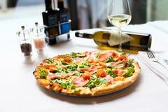 La ricetta deliziosa della pizza del salmone affumicato è servito con il bott del vino bianco Fotografie Stock