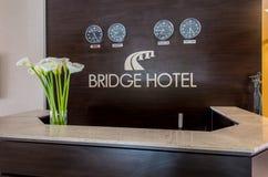 La ricezione dell'hotel con lo scrittorio e gli orologi fotografie stock libere da diritti