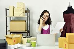 La ricezione online di ordine, femminile nel negozio di vestiti del progettista, affare comincia su immagini stock