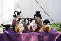 La ricostruzione dei vasi ceramici celtici stona decorato e dipinto fotografie stock libere da diritti