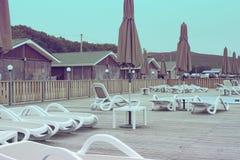 La ricreazione della ricreazione del country club si rilassa l'ombrello di legno della chaise-lounge del sole degli alberi forest immagine stock libera da diritti