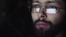 La riflessione ai vetri dell'uomo archivi video