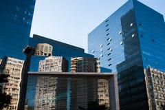 La riflessione bianca delle costruzioni sulle costruzioni corporative di vetro blu vince fotografia stock