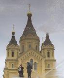 La riflessione del nevski della st, cattedrale di alexander in Nižnij Novgorod, Federazione Russa fotografia stock