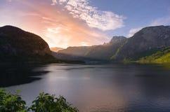 La riflessione dell'alba su un Hallstatter vede il lago nelle alpi Fotografie Stock