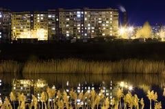 La riflessione della città alla notte Vita di città Fotografia Stock Libera da Diritti