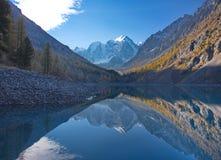 La riflessione della montagna innevata completa nel lago Fotografia Stock Libera da Diritti