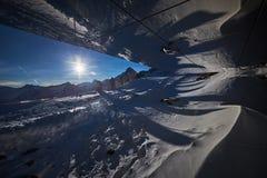 La riflessione della neve in vetro macchiato immagini stock