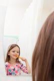 La riflessione nei denti da latte dello specchio Fotografia Stock Libera da Diritti