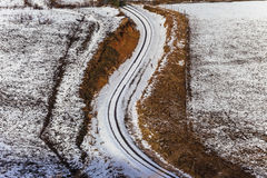 La riga del treno curva la neve Fotografia Stock