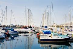 La riga delle barche si è messa in bacino al porto di Howth Immagini Stock
