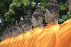 La riga delle immagini tailandesi di Buddha fotografia stock libera da diritti