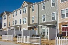 La riga di recentemente costruisce le case urbane Immagine Stock