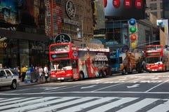 La riga grigia bus di giro quadra occasionalmente in NYC Fotografie Stock Libere da Diritti