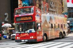 La riga grigia bus di giro quadra occasionalmente in NYC Fotografia Stock