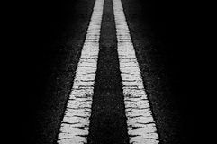 La riga superficie della via in bianco e nero sulla b nera Fotografia Stock