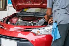 La riparazione del lavoratore un'automobile a manutenzione dell'automobile Fotografia Stock Libera da Diritti