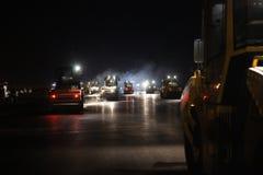 La riparazione della strada, rulli di vibrazione alla pavimentazione dell'asfalto funziona Fotografie Stock