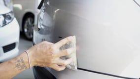 La riparazione rapida della pittura dell'automobile, richiede un'- due ore stock footage