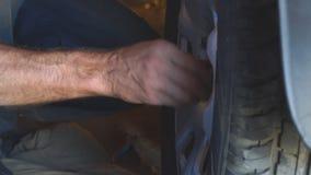 La riparazione spinge dentro il garage video d archivio
