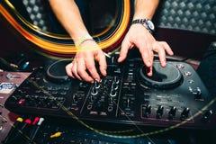 La ripresa esterna di musica per informazioni e musica di miscelazione in night-club con il DJ passa il primo piano Fotografia Stock Libera da Diritti