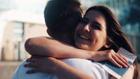 La riunione attesa da tempo alle coppie amorose dell'aeroporto Ami ed abbracci Una riunione di due genti amorose lento stock footage