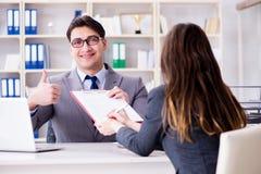 La riunione d'affari fra l'uomo d'affari e la donna di affari Fotografia Stock