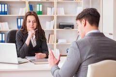 La riunione d'affari fra l'uomo d'affari e la donna di affari Immagini Stock Libere da Diritti