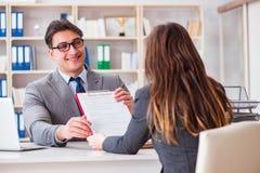 La riunione d'affari fra l'uomo d'affari e la donna di affari Immagini Stock