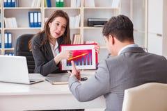 La riunione d'affari fra l'uomo d'affari e la donna di affari Immagine Stock