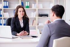 La riunione d'affari fra l'uomo d'affari e la donna di affari Fotografie Stock Libere da Diritti