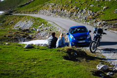 La riunione di due genti nell'amore su una strada della montagna Fotografia Stock