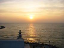 La riunione tradizionale dell'alba dai pellegrini e dai turisti su Kanyakumari - il punto più a sud dell'India e del continente l Fotografie Stock