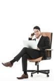 La riuscita elaborazione multitask dell'uomo d'affari Fotografia Stock
